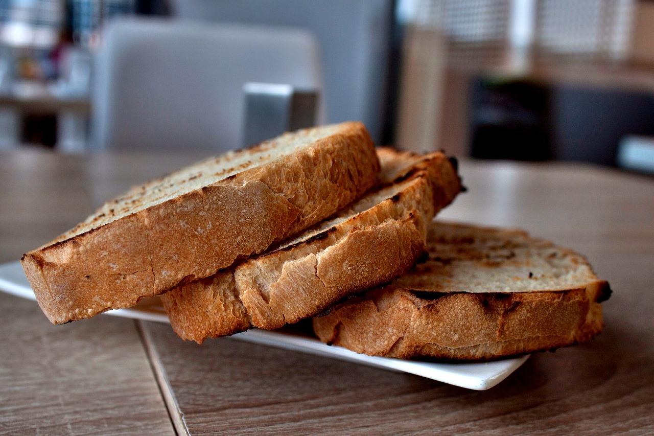 Przepis na chrupiące tosty z dodatkiem pasztetu pomidorowego
