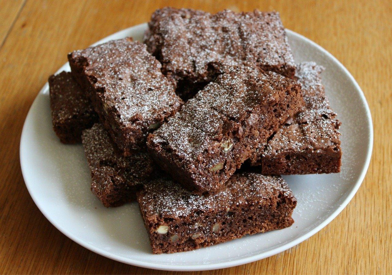 Smaczne ciasto czekoladowe z dodatkiem pasty z orzechów nerkowca