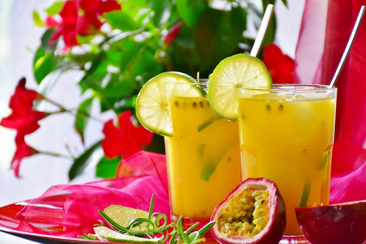 Pyszny koktajl pomarańczowo-mandarynkowy z dodatkiem aceroli