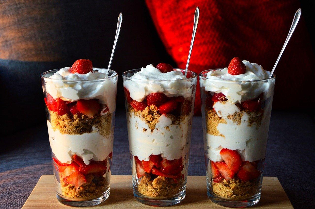 Smaczny deser jogurtowy z dodatkiem masła orzechowego crunchy