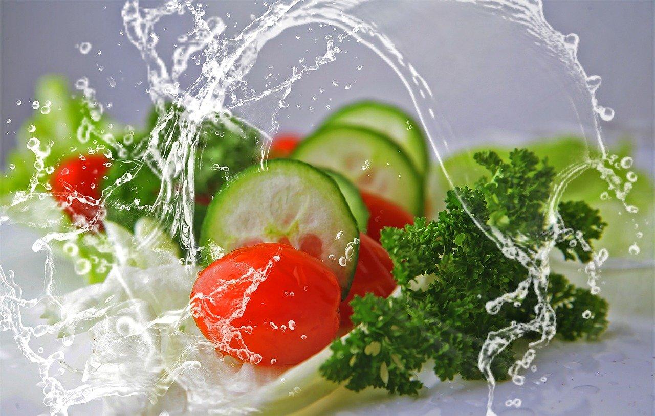 Szybka sałatka z dodatkiem sosu na bazie czubrycy zielonej
