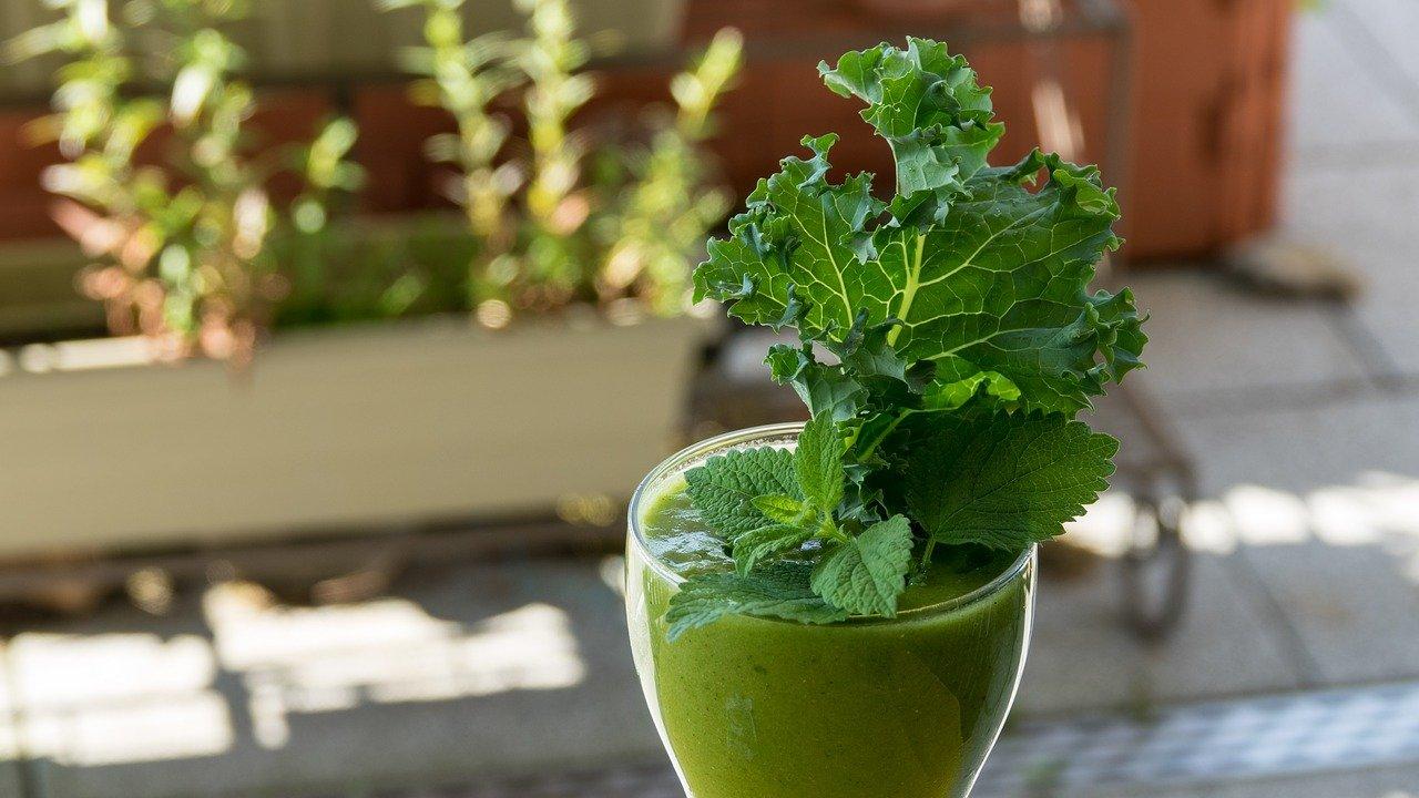 Zielony koktajl wzmacniający z dodatkiem czarnego sezamu