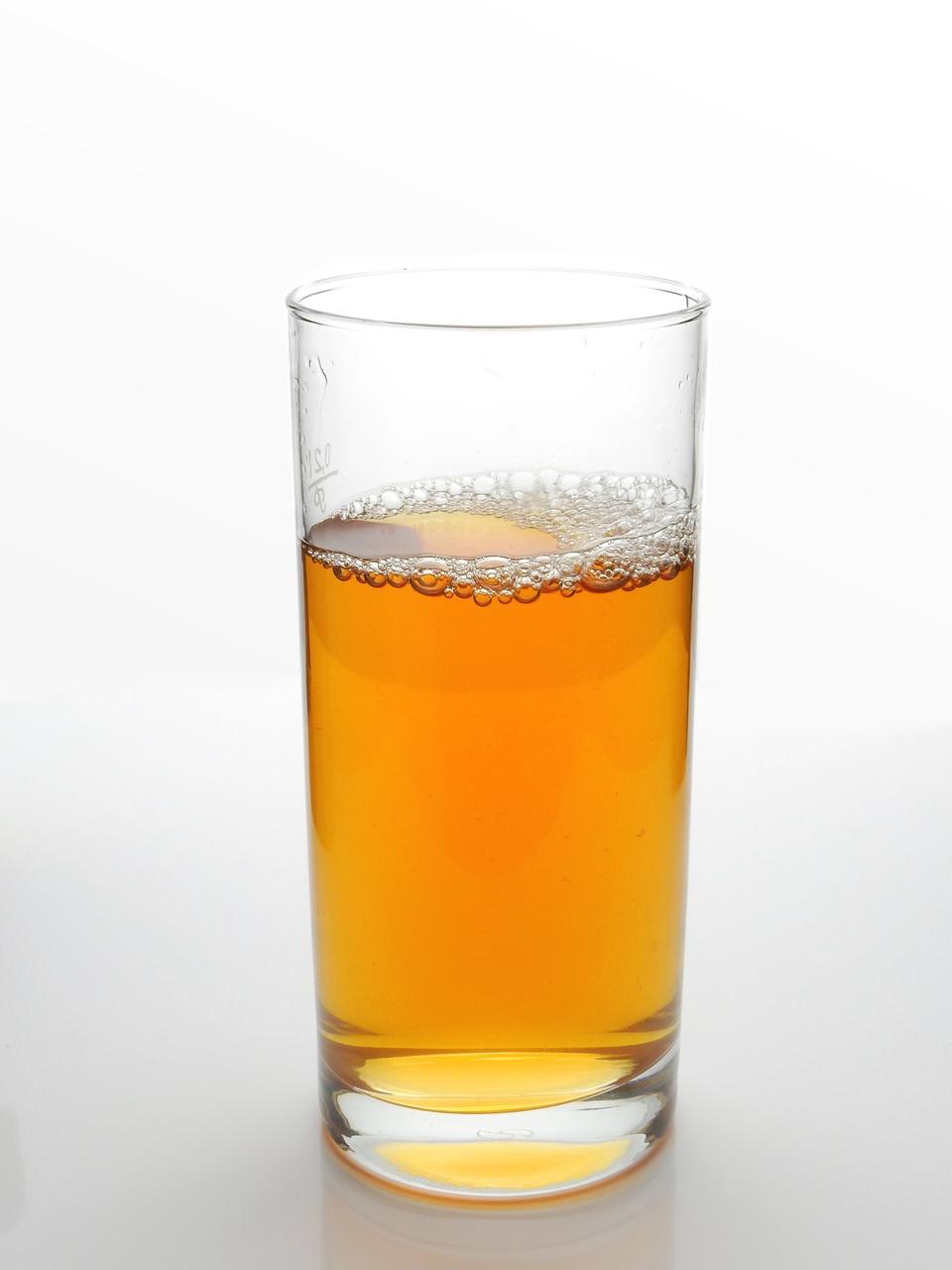 Jesienny sok jabłkowy z sokiem z czarnego bzu