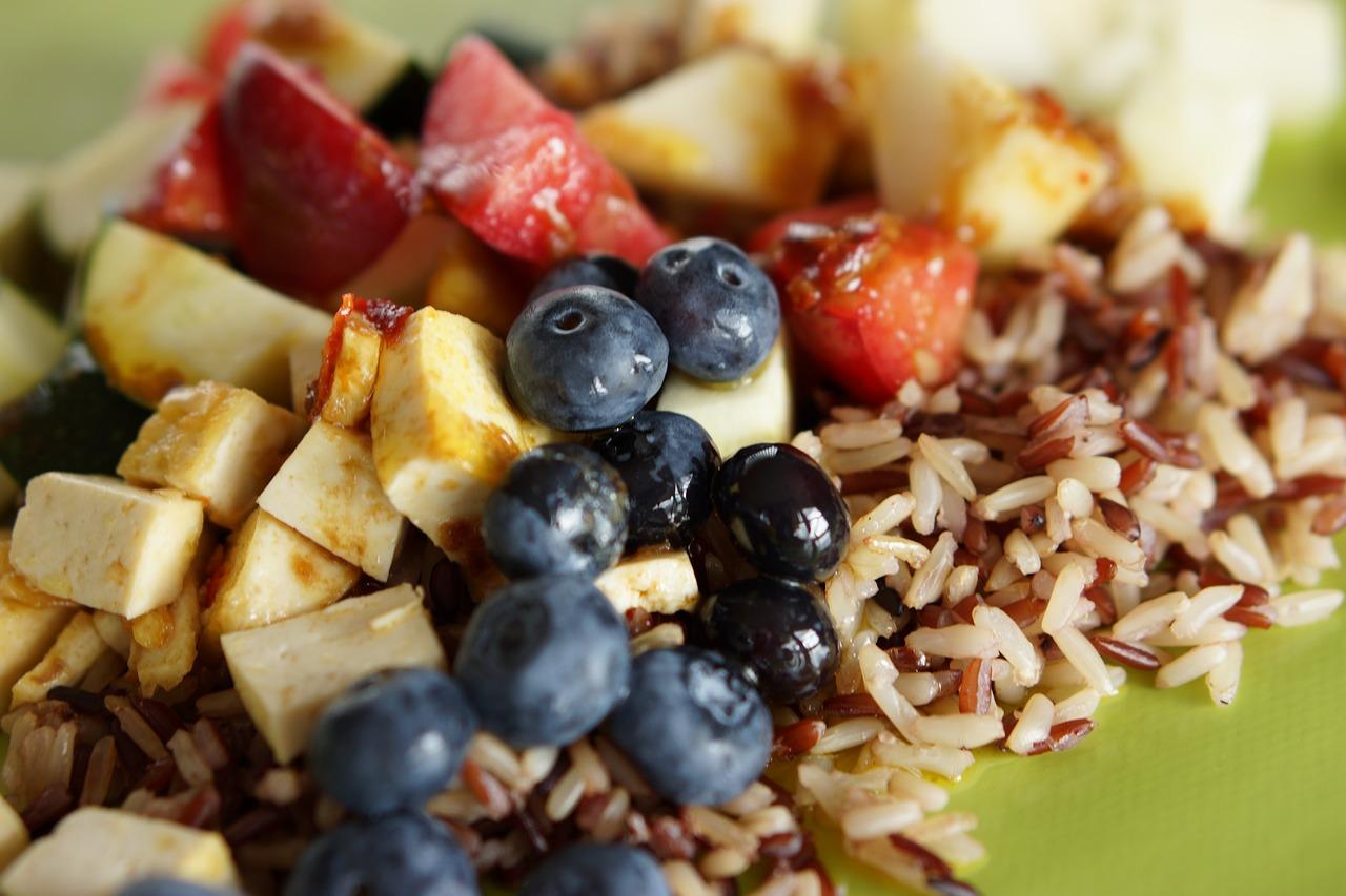 Doskonały ryż śniadaniowy z dodatkiem owoców sezonowych