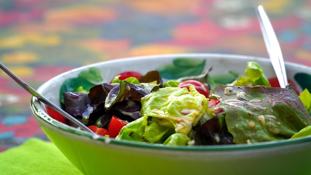 Pożywna sałatka z dodatkiem nerkowców