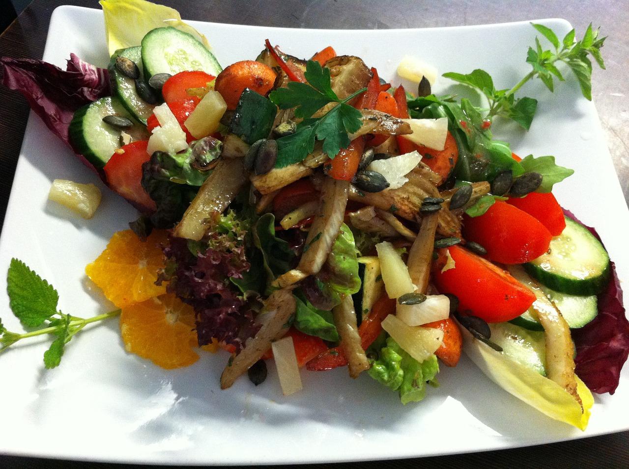 Letnia sałatka warzywna z dodatkiem oleju rzepakowego