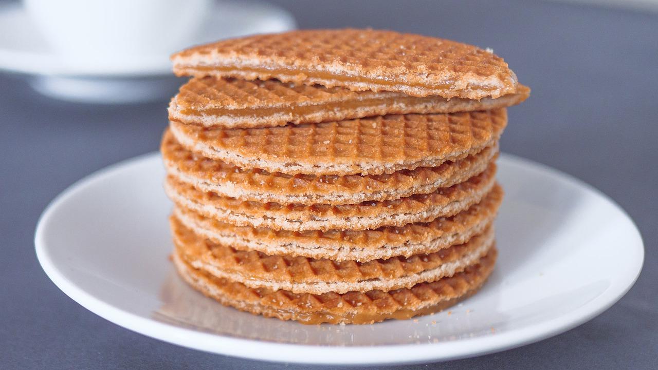 Wafel przekładany kremem ciasteczkowym z polewą czekoladową